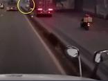 Tin trong nước - Tin tức tai nạn giao thông ngày 20/6: Container chạy vào làn xe máy, hất văng xe lôi rồi bỏ chạy