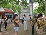 Hà Nội: Thí sinh và phụ huynh đi lễ cầu may trước ngày thi vào lớp 10