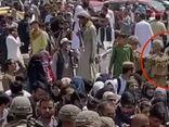 Khoảnh khắc lính Mỹ đứng sát, đối mặt tay súng Taliban bên ngoài sân bay Kabul