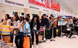 Nhân viên sân bay tự thò tay vào túi hành khách lấy tiền?