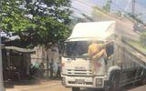 CSGT bám đầu xe tải yêu cầu tài xế dừng xe