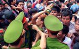 Hàng vạn người chen lấn, xẻ rừng, leo trèo vào dự lễ Đền Hùng