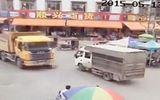 Mải dùng điện thoại khi qua đường, cô gái bị xe tải đâm chết thảm