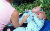 Bị ô tô tông bay lên trời, hai bé song sinh sống sót kỳ diệu