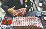 Nhân viên thu ngân nhiễm bệnh hoa liễu vì... đếm tiền bẩn