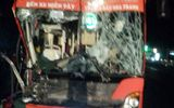 Xe khách Phương Trang đâm vào đuôi xe tải, tài xế mắc kẹt trong cabin