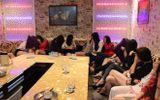 Hàng chục cô gái ăn mặc hở hang tiếp khách hát karaoke