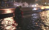 Sài Gòn mưa 1 tiếng, đến nửa đêm phố vẫn thành sông