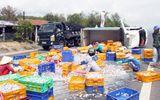 Xe tải lật nghiêng, hàng tấn cá tràn ra đường
