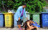 Hoa hậu Thái Lan quỳ gối trước xe rác của người mẹ nghèo