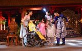Ngọc Hân trình diễn áo dài cùng người khuyết tật