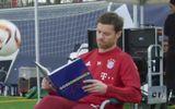 Xabi Alonso vừa đọc sách, vừa tâng bóng cực bá đạo
