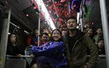 Chàng trai dũng cảm cầu hôn bạn gái trên chiếc xe bus lần đầu gặp mặt sau 6 năm
