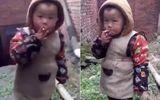 """Phẫn nộ với người đàn ông """"ép"""" con trai 3 tuổi hút thuốc"""