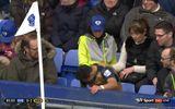 Mệt, Sanchez ngồi bệt lên khán đài