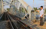 """""""Thưởng nóng"""" cho 3 nhân viên trạm gác kịp cứu tàu thoát nạn khi cầu Ghềnh sập"""