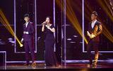 Liveshow 1 Thần tượng Bolero: Cẩm Ly khóc hết nước mắt với kiếp cầm ca