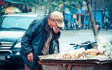 Bức ảnh ông cụ bới xe rác kiếm đồ ăn khiến nhiều người đau thắt lòng
