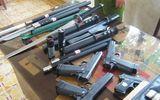 Bắt hàng chục khẩu súng trên xế hộp
