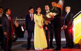 Cuộc gặp gỡ bất ngờ với nữ sinh được tặng hoa Tổng thống Obama ở sân bay
