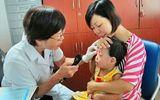 Dịch đau mắt đỏ lan rộng, trường mầm non cuống cuồng