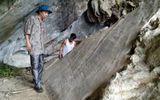 Phiến đá cổ có khắc hình người với nhiều ký tự lạ