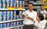 """Bao giờ người tiêu dùng mới bị thôi """"móc túi"""" khi mua sữa?"""