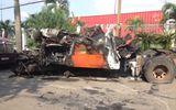 Xe đầu kéo tông giải phân cách rồi bốc cháy dữ dội