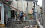 Lốc xoáy bất ngờ, hơn 30 ngôi nhà bị hư hại