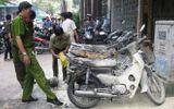 Một phụ nữ đổ xăng đốt 4 xe máy giữa trung tâm Sài Gòn