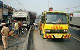 Xe tải nổ lốp, đâm tung dải phân cách ở Sài Gòn