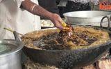 Đầu bếp dùng tay không vớt cá ở chảo dầu sôi 200 độ