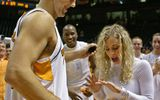 Video: Sao bóng rổ cầu hôn nữ hoạt náo viên ngay trên sân