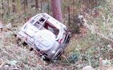 Ô tô 7 chỗ lao xuống vực, 4 người thoát chết