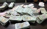 Hai nữ sinh mang 1.600 tờ tiền lẻ đi bồi thường