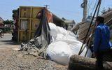 Lâm Đồng: Lật xe chở alumin, làm sập mái nhà