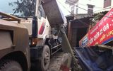 Xe tải mất phanh cán nát xe máy, tông đổ nhà dân
