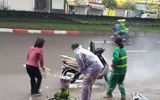 Hà Nội: Xe Honda Lead bốc cháy dưới trời mưa