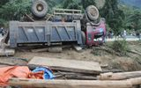Kon Tum: Lật xe chở gỗ, 2 người chết tại chỗ