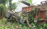 Mất lái, xe container chở gỗ lao vào nhà dân