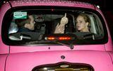 """Jennifer Lawrence giơ """"ngón tay thối"""" khi bị săn hình"""