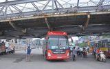Hoảng loạn vì xe khách mắc kẹt dưới gầm cầu Long Biên
