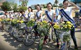 Người đẹp Hoa hậu Đại dương rạng rỡ đạp xe trên phố