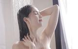 Ngọc Trinh lộ ảnh ngực trần trong phòng tắm
