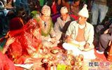 Kỳ lạ: Bố vợ rửa chân cho con rể trong lễ cưới