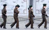 Nữ binh Triều Tiên diện giày cao gót đi tuần