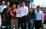 Trưởng Ban Kinh tế Trung ương tặng quà ngư dân Hoàng Sa