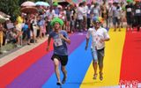 Trung Quốc: Nam giới đội tóc giả, thi chạy bằng giày cao gót