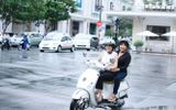 """Phương Thanh, Lệ Thu """"lượn lờ"""" Sài Gòn bằng xe máy"""