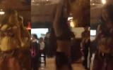 """Clip: Thiếu nữ ăn mặc """"mát mẻ"""" nhảy bốc lửa ở quán nhậu"""